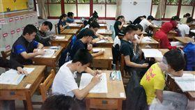 國中教育會考登場(2)107年國中教育會考19日登場,共有23萬394名考生應試,第一天考社會、數學、國文與寫作測驗。中央社記者孫仲達攝 107年5月19日