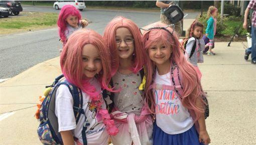 美國小學女童罹患鬼剃頭,全校為她辦「粉紅假髮日」。(圖/翻攝WCVB)