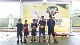 東河國小籃球隊員與老師(圖/主辦單位提供)