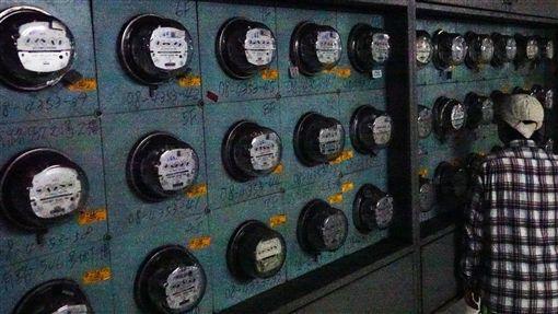 新版電價4月開跑 191萬戶住家受影響新版電價1日起適用,根據台電估算,有191萬戶住宅可能受影響,月用千度電,增加電費平均為新台幣93元。中央社記者施宗暉攝 107年4月1日