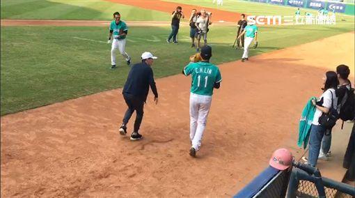 小樂新莊棒球場開球 練習時暴投