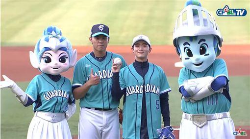 小樂吳思賢新莊棒球場開球 練習時暴投 獻唱《Wonderful day》