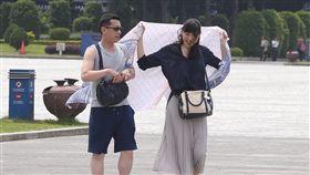 台北飆高溫天氣好熱(1)中央氣象局觀測,16日中午12時7分,台北市氣溫飆到攝氏35.6度,是今年以來台北市新高,民眾外出時用隨身衣物阻擋太陽。中央社記者謝佳璋攝  107年5月16日