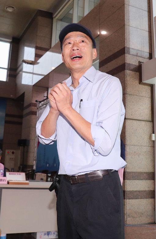 戰陳其邁爭高市長 韓國瑜:期待純潔的選舉將代表國民黨參選高雄市長的韓國瑜(圖)21日表示,所有接到民調電話的高雄鄉親,他感受到他們有期待、有理想投射、希望寄託,這個聲音他聽到了,會全力以赴,並向對手、民進黨高雄市長參選人陳其邁呼籲,期待選舉乾淨、清白,是純潔的選舉。中央社記者裴禛攝 107年5月21日