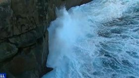 澳洲一名20歲印度籍留學生安基特(Ankit)與友人到The Gap遊玩,他為了要自拍,不慎墜落懸崖,接著又被大浪捲走身亡。當地警長Supt Dom Wood提醒,遊客要遊玩要記得保持距離,以免釀成無法挽回的悲劇。(圖/翻攝自YouTube《Gap Fall | 9 News Perth》)
