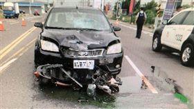 男子酒駕闖紅燈 女騎士遭撞死台南市一名莊姓男子20日清晨涉嫌酒後駕車且闖紅燈,撞死一名機車女騎士,機車被卡在自小客車車頭與地面間拖行數十公尺才停下。全案依過失致死、公共危險罪等罪嫌偵辦。(翻攝畫面)中央社記者楊思瑞傳真 107年5月20日