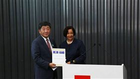 世界公共衛生協會聯盟(World Federation of Public Health Associations, WFPHA)於今(107)年5月19日頒發「公共衛生全球憲章大使」(Diplomat of the Global Charter)之榮譽名銜予衛生福利部長陳時中(左)。