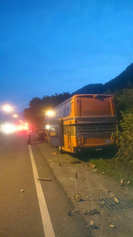 花蓮客運司機疑打瞌睡撞橋墩,6人送醫。(圖/翻攝畫面)
