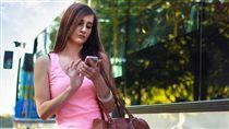 手機,滑手機 示意圖/翻攝自pixabay https://pixabay.com/en/woman-smartphone-chatting-girl-410320/