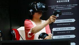 體感科技展示會 民眾體驗VR(2)台灣體感科技產業聯盟7日在高雄正式成立,「FunTech 高雄未來生活進行式」體感科技展示會同步登場,現場提供各式VR實境遊戲試玩,吸引許多民眾體驗。中央社記者董俊志攝  106年11月7日