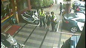 台北市萬華區1名王姓老婦,為了碗粿從住家走到祖師廟門口,卻因頭暈而癱坐在地上,警方獲報後將她帶回派出所安置(翻攝畫面)