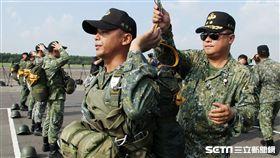 傘兵學員穿傘教官檢查傘。(圖/記者邱榮吉攝)