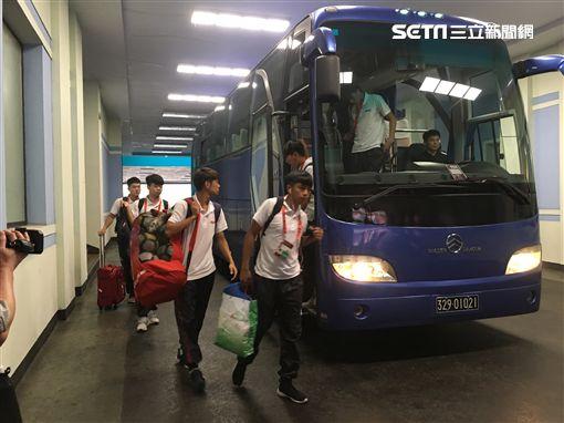 ▲航源FC團進團出的進入51體育場。(圖/記者林辰彥攝影)