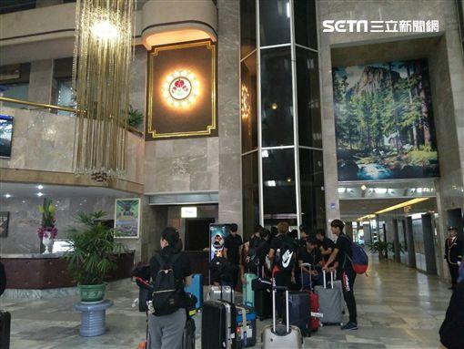 ▲航源FC球員抵達羊角島飯店大廳。(圖/記者林辰彥攝影)
