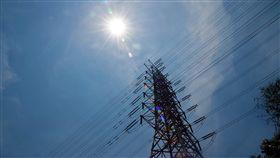 高溫用電量再破紀錄(2)大台北地區18日中午飆出攝氏37.4度高溫,再度刷新今年台北高溫紀錄。台電官網用電量即時統計顯示,接近下午2時的用電量達到3482.7萬瓩,也打破17日紀錄。中央社記者孫仲達攝 107年5月18日