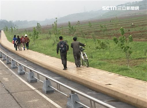 ▲機場往平壤市區的道路旁。(圖/記者林辰彥攝影)