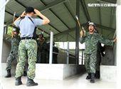 傘兵學員實施地面機身訓練。(記者邱榮吉/屏東拍攝)