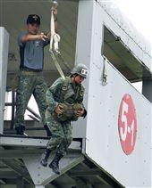 傘兵學員實施高塔訓練。(記者邱榮吉/屏東拍攝)