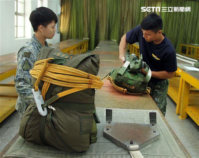 保傘連摺傘人員很細心的將每一條傘繩整理好,讓跳傘的弟兄無後顧之憂。(記者邱榮吉/屏東拍攝)