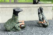 傘兵學員實施地面五點著陸訓練。(記者邱榮吉/屏東拍攝)