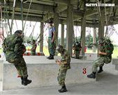 傘兵學員實施地面吊架訓練。(記者邱榮吉/屏東拍攝)