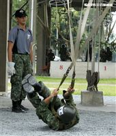 傘兵學員實施地面擺動著路訓練。(記者邱榮吉/屏東拍攝)