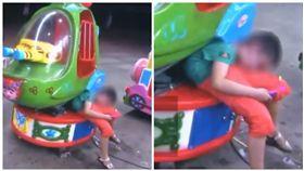 中國大陸湖南省一名5歲男童上身卡搖搖車(圖/翻攝自微博)