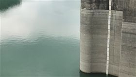 石門蓄水率跌破5成 部分地區用水翡翠支援石門水庫蓄水率22日跌破5成,水庫水量剩餘約9700萬噸,水利署北區水資源局副局長邱忠川表示,考量區域供水需求,目前台北板新地區用水,由台北自來水事業處每天自翡翠水庫支援65萬噸。中央社記者吳睿騏桃園攝 107年5月22日