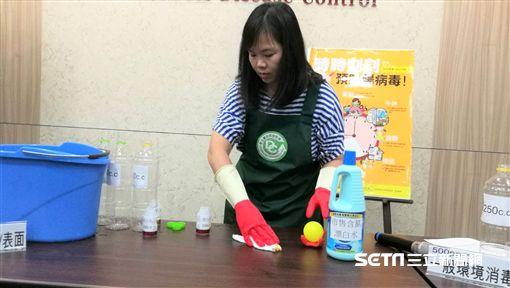 疾管署邀請育兒專家豆豆媽咪示範腸病毒消毒方式及步驟。(圖/記者楊晴雯攝)