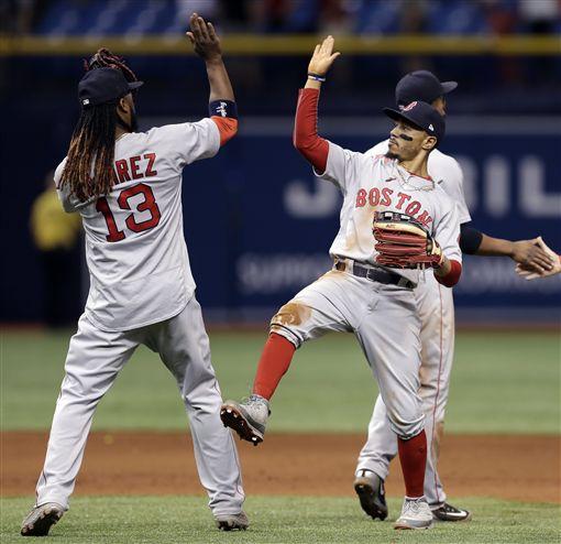 ▲波士頓紅襪外野手Mookie Betts賽後與隊友擊掌慶祝。(圖/美聯社/達志影像)