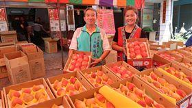 佛心里長直銷水蜜桃高雄市偏鄉那瑪夏水蜜桃已經上市,每年都透過前鎮區鎮東里里長蔡川士(左)協助銷售,增進部落果農的收益。中央社記者王淑芬攝  107年5月22日