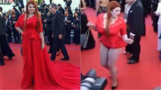 女星走紅毯裙子被踩掉 遭轟演很大