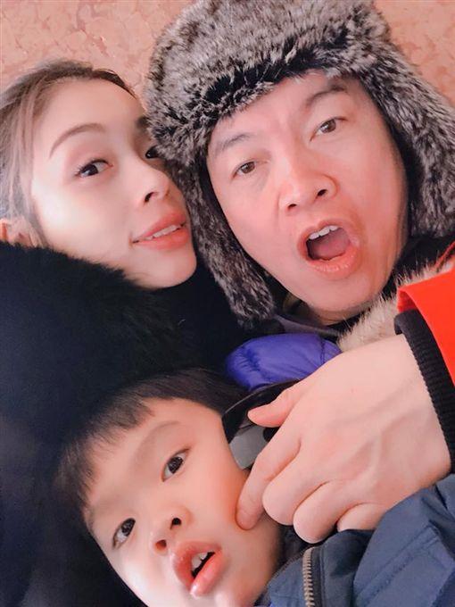 ▲▼康康與妻子張家霈結婚後育有一子。(圖/翻攝自臉書)