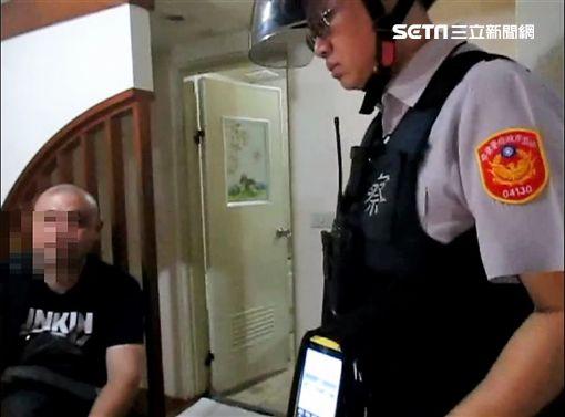 林男與3名250公斤的厚片女開毒趴,遭到警方臨檢時當場查獲(翻攝畫面)