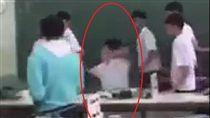 ▲疑似台南某學校課堂發生老師與學生肢體衝突(圖/翻攝自爆料公社)