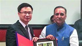 黃志芳(左)拜會印度古吉拉特邦州長魯帕尼(右),古邦被譽為印度廣東。(圖/貿協提供/新新聞)