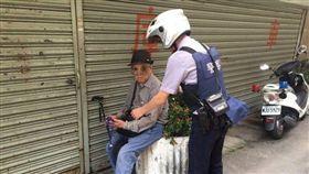 後港派出所警員許亦祺、林志誠巡羅時,發現79歲洪翁呆坐承德路、百齡橋附近的路旁,喃喃自語說著要回家。翻攝畫面