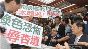 藍委要求吳茂昆下台(1)教育部長吳茂昆(中)24日列席立法院教育及文化委員會,針對台大校長爭議,國民黨立委舉著標語上前抗議,要求吳茂昆下台。中央社記者徐肇昌攝  107年5月24日