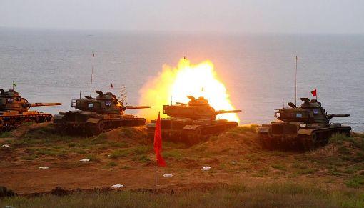 漢光演習 澎湖防區戰甲車演訓(2)漢光演習24日進行預演,澎湖防衛部在馬公五德營區實施戰、甲車與迫砲射擊訓練,此次操演射擊,共動用有9輛M60A3戰車、23甲車5輛等進行彈射擊。(澎防部提供)中央社  107年5月24日