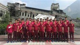 ▲懷特(前排左5)擔任中國U19男足短期顧問,在球隊備戰熊貓盃前參訪行程參與合影。(圖/取自中國足球協會官方網站)
