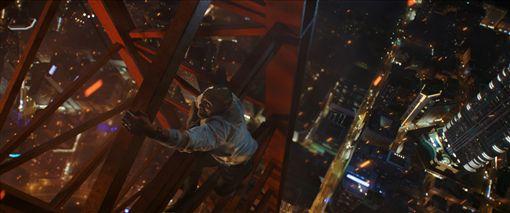 巨石強森、昆凌、摩天大樓。(圖/環球影業提供)