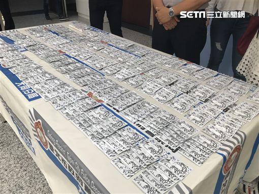 警方佯裝買家與凌男交易,並一併逮捕幫忙數錢的辜女,當場查獲毒咖啡包500包,訊後依毒品罪送辦(翻攝畫面)