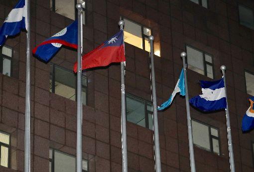 降下布吉納法索國旗(2)多明尼加與中華民國斷交後不到一個月,外交部長吳釗燮24日晚間再召開國際記者會宣布,布吉納法索與中華民國斷交,台北使館特區外的布吉納法索國旗也隨即降下。中央社記者張皓安攝 107年5月24日