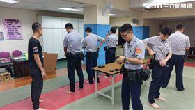 台北,信義分局,警局,清槍,誤擊,女警,子彈(圖/翻攝畫面)