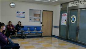 意外傘兵二次核磁檢查  病況穩定未惡化陸軍航特部上兵秦良丰17日在台中清泉崗基地高空跳傘卻墜落地面,經醫療團隊連日救治,童綜合醫院21日表示,患者經二次核磁共振檢查,腦部與脊髓損傷未惡化,目前在加護病房使用呼吸器輔助,病情穩定進步中。(童綜合醫院提供)中央社記者蘇木春傳真 107年5月21日