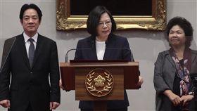 蔡總統:中國蠻橫作為 我們不會再忍讓中華民國24日正式與布吉納法索斷交,總統蔡英文(中)晚間在總統府召開記者會表示,這一連串外交打壓,充分顯露出中國不安與缺乏自信;中國蠻橫作為,已經挑戰台灣社會的底線,「我們不會再忍讓」。右為總統府秘書長陳菊,左為行政院長賴清德。中央社記者吳翊寧攝 107年5月24日