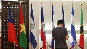 布吉納法索與中華民國斷交外交部長吳釗燮24日晚將召開國際記者會宣布,布吉納法索與中華民國斷交。圖為布吉納法索國旗(左2)仍放置在外交部內。中央社記者謝佳璋攝 107年5月24日