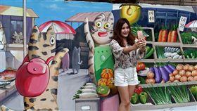 中和民生里彩繪  卡通貓咪成熱門打卡點中和與板橋交界的民生里新北綠家園,近來增設成人及兒童體健設施,還在周邊圍牆漆上可愛的卡通貓彩繪,明亮的配色加上活潑的畫面,深受大小朋友喜愛,成熱門打卡點。(新北市民政局提供)中央社記者林長順傳真  107年5月24日