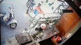 女賊點了8碗白飯,趁店員不注意伸手偷現金。(圖/翻攝臉書)