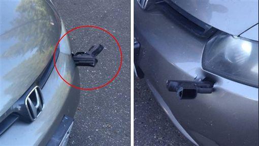 天外飛槍!美國華盛頓州皮爾斯郡發生一起離奇事件,一名駕駛日前開本田車在公路,眼前突然有黑影閃過,直到他停車加油,才發現保險桿上竟卡著一支「手槍」。目前當地警方正在調查槍枝的來源,以及如何將槍插到汽車上。(圖/翻攝自Trooper Guy Gill推特)